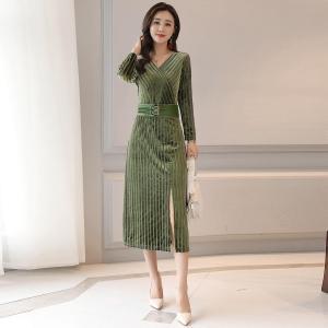 轩品媛 长袖V领金丝绒连衣裙收腰中长款打底裙 P809930